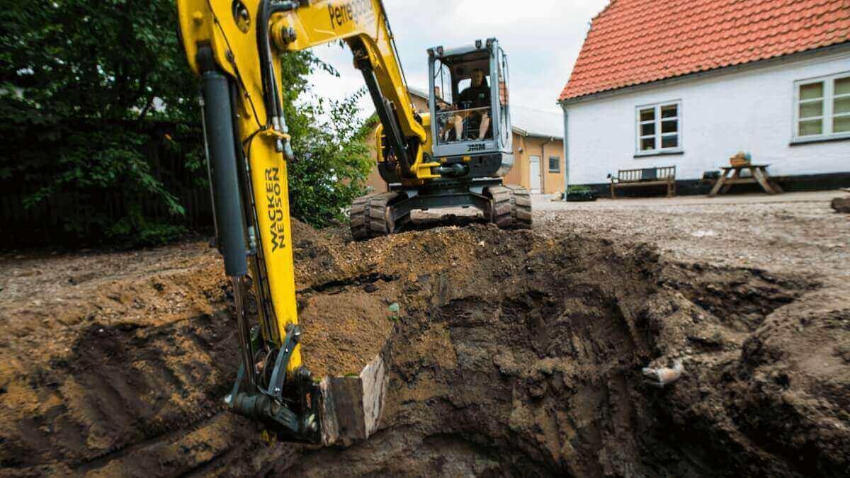 Gravemaskine i gang med at klargøre hul
