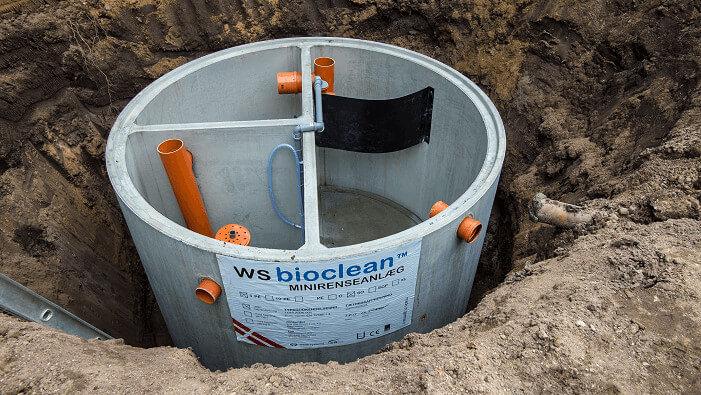 Billede af minirensningsanlæg fra Watersystems, der bliver sænket ned i jorden.
